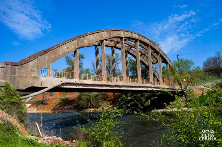 Stari železni most na ulazu u grad